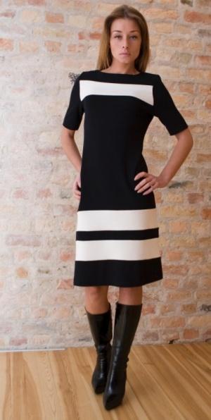 Стильное трикотажное платье черного цвета с контрастными белыми полосами.
